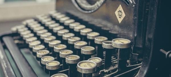 Alte Schreibmaschine zum Kontakt aufnehmen