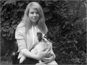Teamkollegin Carmen mit Hund Nika auf dem Arm